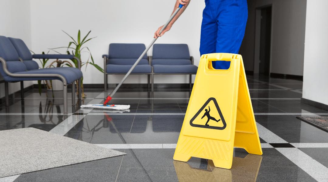 Terceirização de limpeza para empresa: confira dicas antes de contratar